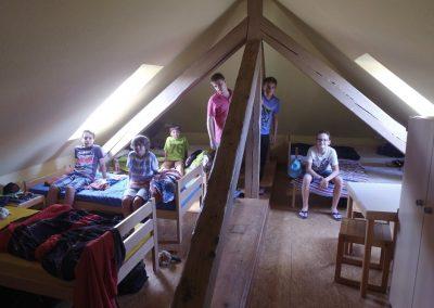Balkenzimmer mit sechs Einzelbetten im Obergeschoss des Jugendhauses