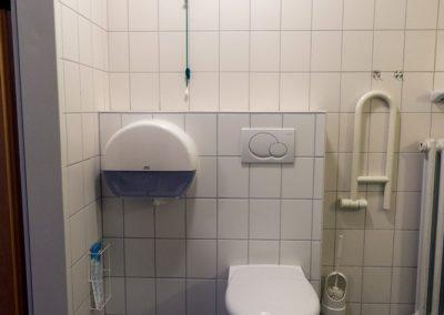 Behindertenfreundliche Toilette und Dusche im Jugendhaus Erdgeschoss West