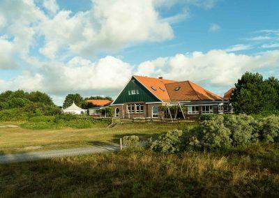 Jugendhaus und Jurte des Hauses Quellerdünen vom Weg aus gesehen