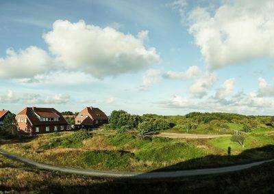 Panorama des Hauses Quellerdünen mit Fussballplatz und Gästehaus 1 vom Weg zum Strand aus.