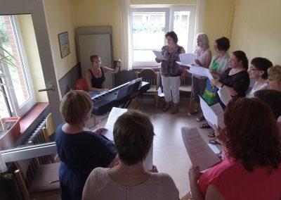 Ein Chor singt im Gruppenraum des Gästehauses I