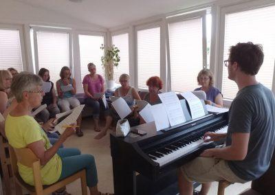 Ein Chor singt zu unserem E-Piano im Wintergarten des Gästehauses I