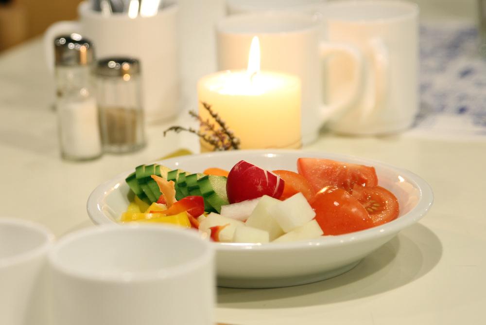 Gemüseteller auf den Tischen im Speisesaal